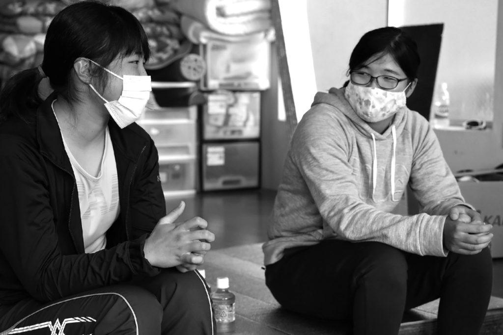 インタビューに応える勝俣優那(左)と眞田友紀乃(右)